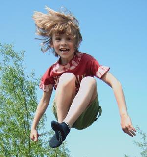 enfant en train de sauter